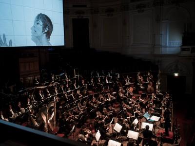 David Robertson dirigeert filmmuziek van Bernard Herrman bij filmfragmenten uit Psycho tijdens het eerste A-donderdag concert van het Koninklijk Concertgebouworkest.