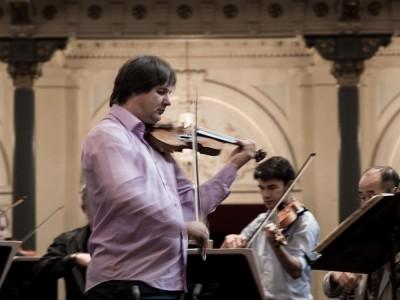 Concertmeester Liviu Prunaru repeteert voor het kennismakingsconcert.