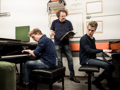 Arthur (r) & Lucas (l) Jussen met dirigent Stéphane Denève