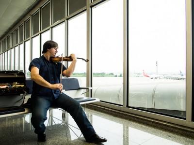 Concertmeester Liviu Prunaru studeert op een luchthaven